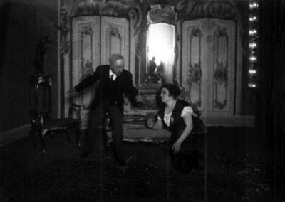 Virginia Fabregas y actor durante obra teatral