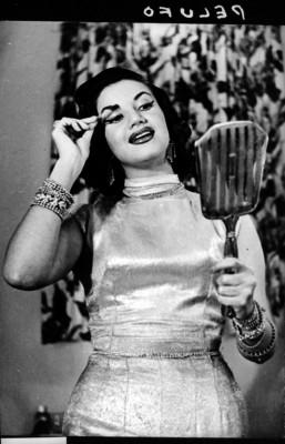 Ana Luisa Peluffo, actriz de cine pintandose los ojos en un camerino, retrato
