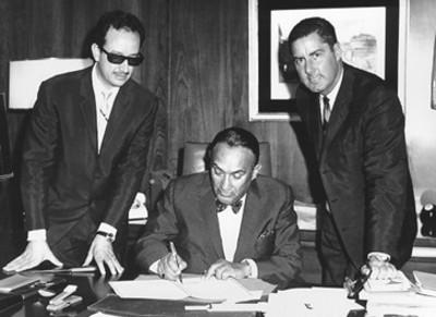 Ruben Fuentes, Pedro Vargas, hombre en una oficina