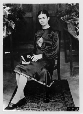 Frida Kahlo, Pintora en un patio, retrato