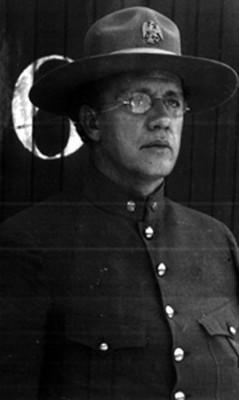 Gral. Eduardo Hay, junto a vagón de ferrocarril, retrato