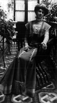Teresa Iturbes en un patio, retrato