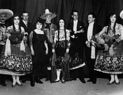Ana Pavlova acompañada de bailarines, retrat de grupo