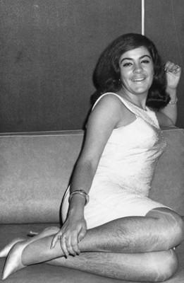 Mary Tere Silva, sobre sillón, retrato