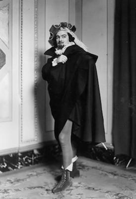 Paco Sierra, actor, con vestuario teatral, retrato
