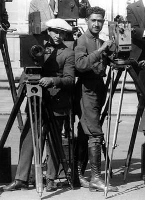 Enrique Solis acompañado de otrosfotográfos, retrato de grupo