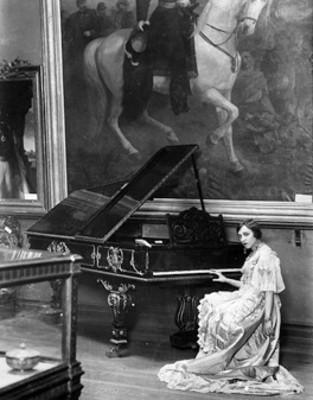 Berta Singerman sentada ante piano, retrato