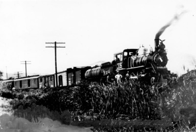 Ferrocarril a su paso por un poblado