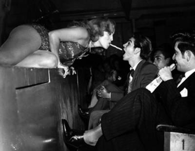 Gloria Rios dá caramelo en la boca a espectador en el Teatro Radio
