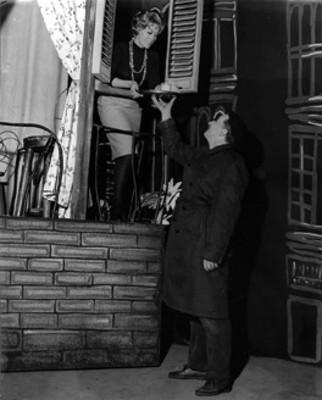 Silvia Pinal y actor durante escena teatral