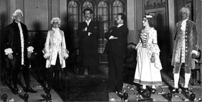 Alberto González y actores durante una representación teatral