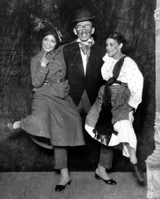 José Nava, Delfina Bretón y otra actriz, durante actuación
