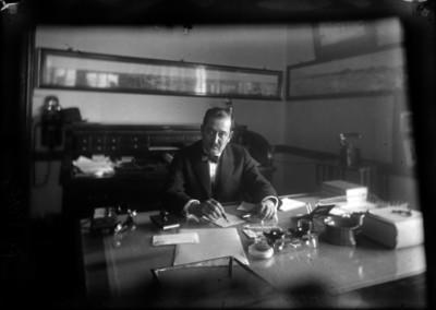 Francisco Pérez, gerente de ferrocarriles trabajando en su oficina, retrato