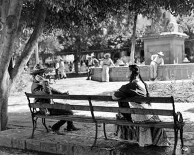 """Jorge Negrete conversa con mujer en una banca, escena de la película """"La Posesión"""""""