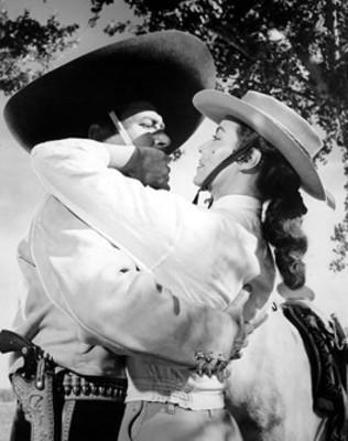 Pedro Armendariz abraza a María Félix, escena de película