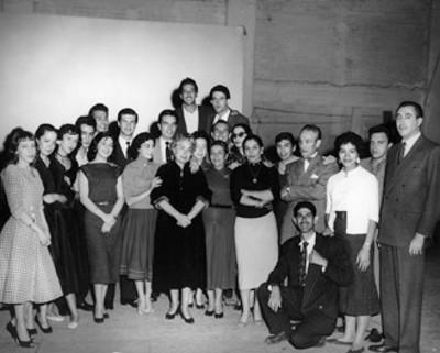 Ofelia Guilmain, Ignacio López Tarso y otros actores en un estudio, retrato de grupo