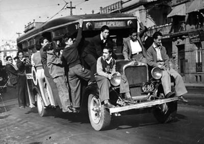 """Hombres abordo de camión con ruta """"Pueblo Piedad"""" en la """"Ciudad de México"""""""