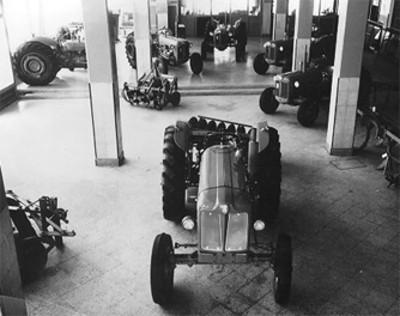 Tractores y maquinaria agrícola exhibida en agencia automovilistica