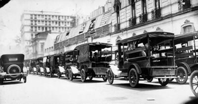 Trasportes urbanos varios, circulan por una avenida