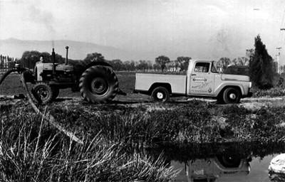 Agricultor utiliza tractor para regar
