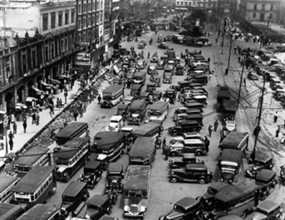 Automoviles y transportes urbanos en una calle