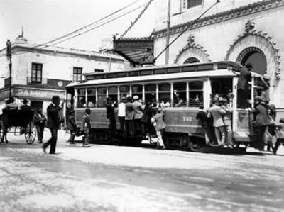 Pasajeros se transportan colgados de un tranvía