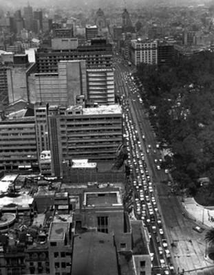 Automóviles circulan por la avenida Juarez, vista aérea