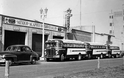 Autobuses de la linea Estrella de Oro estacionados en una calle