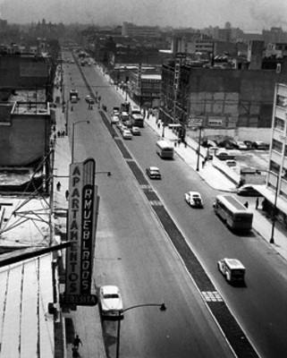 Tránsito urbano circula por una avenida