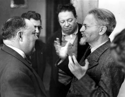 León Trotsky conversa con periodistas
