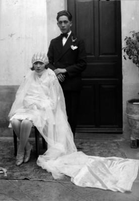 Pérez acompañado de su esposa durante los festejos de su boda, en un estudio fotográfico, retrato