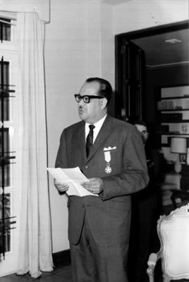 Aurelio Pérez, locutor y cronista al parecer dando un discurso durante una recepción