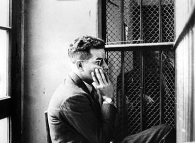 Jacques Monard fuma en una celda de un juazgado