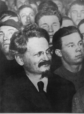 Léon Trotsky acompañado de hombres, retrato