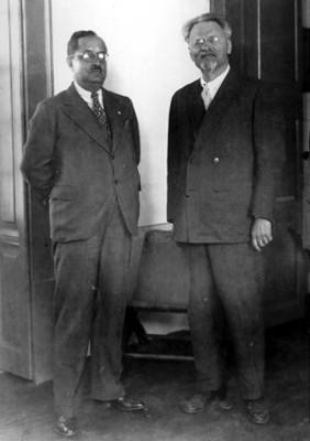 Léon Trotsky acompañado de hombre, retrato