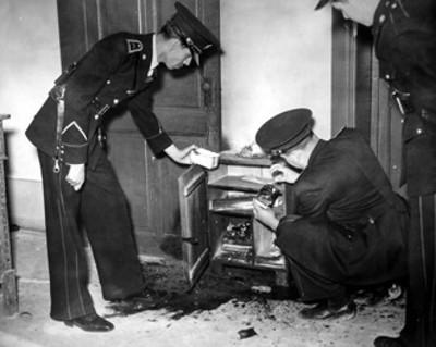 Policias toman muestras de huellas