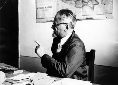 León Trotsky en su estudio