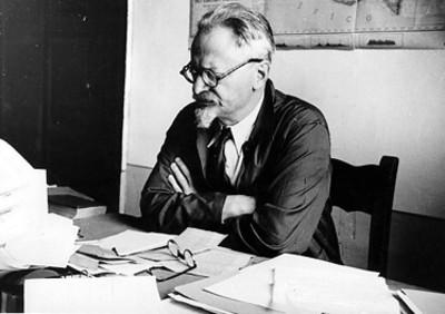 León Trotsky en su estudio, retrato