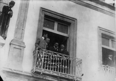 Francisco I. Madero, Victoriano Huerta, Manuel Bonilla y Juan Sánchez Azcona en el balcón de fotografía Daguerre