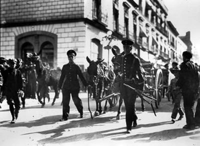 Cadetes del Colegio Militar recogen artillería abandonada por los rebeldes