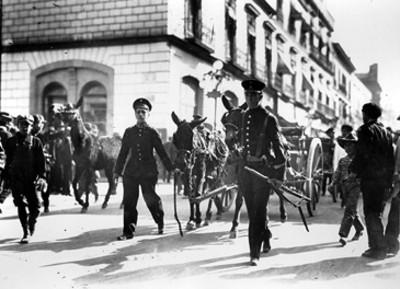 Cadetes del Colegio Militar recogen artillería de los rebeldes