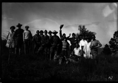 Grupo de excursionistas en el campo, retrato de grupo