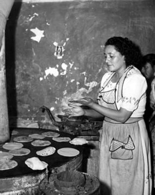 Mujeres hacen tortillas en comal