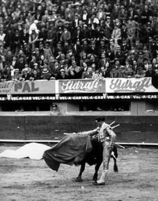 Ricardo Tamez realiza pase de muleta surante corrida