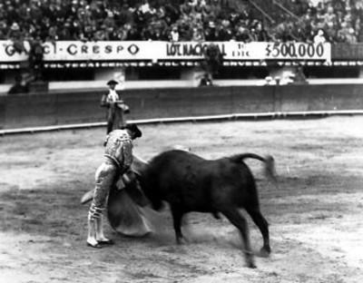 Torero ejecuta veronica durante corrida