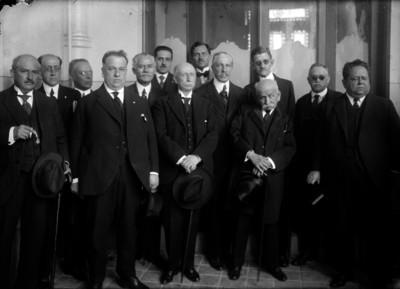 Antonio Pérez Verdía acompañado por abogados, en el interior de un edificio, retrato de grupo