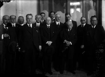 Antonio Pérez Verdía, acompañado por abogados, en el interior de un edificio; retrato de grupo
