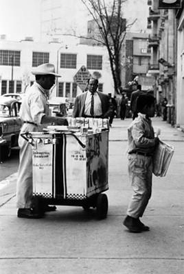 Vendedores ambulantes en una calle de la ciudad