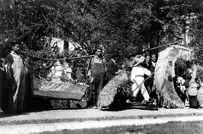 Expósición de piñatas en un parque