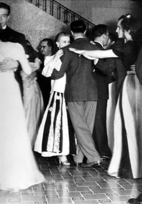 Parejas bailan durante un evento social